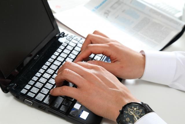 パソコンを使うビジネスマン.jpg